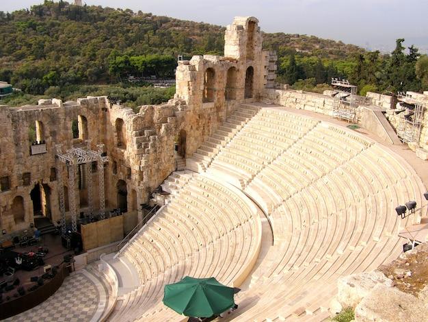 El odeon de herodes atticus es una estructura de teatro de piedra ubicada en la ladera sur de la acrópolis.