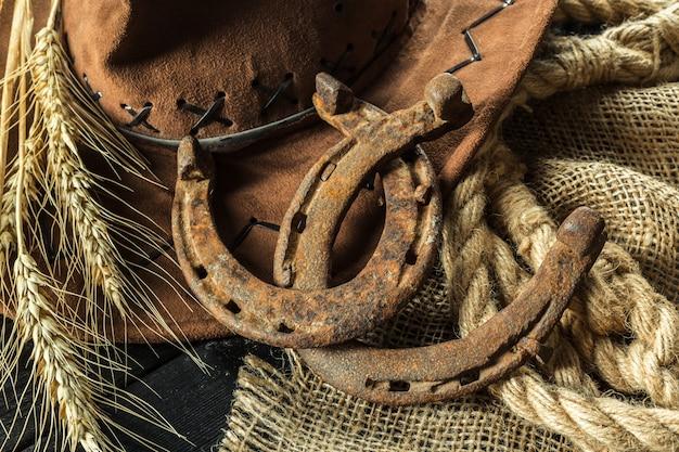 Oeste americano bodegón con herradura antigua.