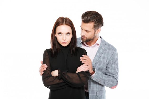 Ofendido joven pareja amorosa de pie aislado