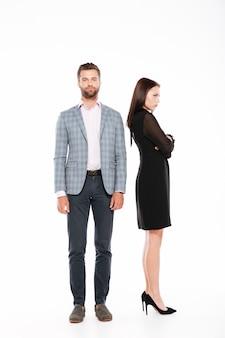Ofensa joven amante pareja de pie aislado