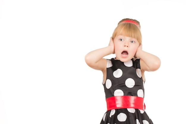 Oferta increible. retrato recortado de una niña bonita que parece sorprendida con la boca abierta sosteniendo su rostro con las manos