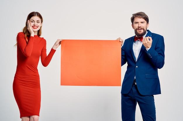 Oferta de venta de presentación de anuncio de hombre y mujer bonitos