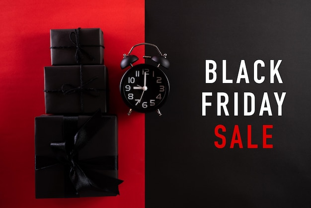 Oferta de viernes negro con reloj despertador y cajas de regalo negras