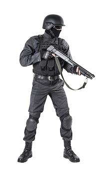 Oficial de policía con escopeta