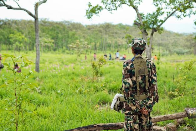Oficial de seguridad en el parque forestal de tailandia