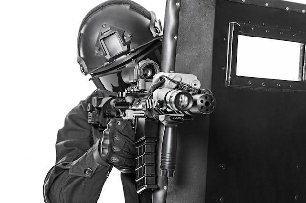 Oficial swat con escudo balístico