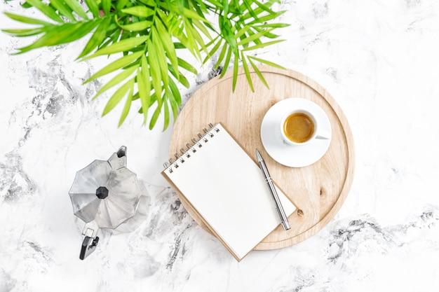 Oficina en casa lugar de trabajo cuaderno café planta verde