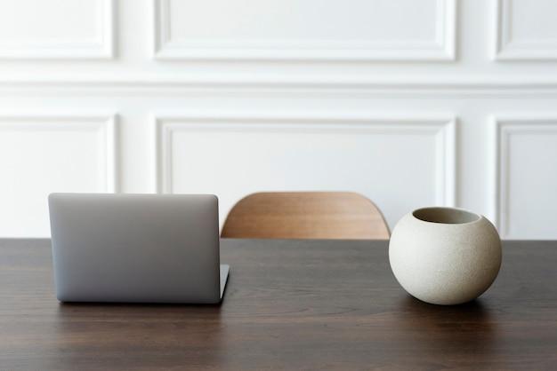 Oficina en casa mínima y espacio de trabajo con computadora portátil sobre la mesa