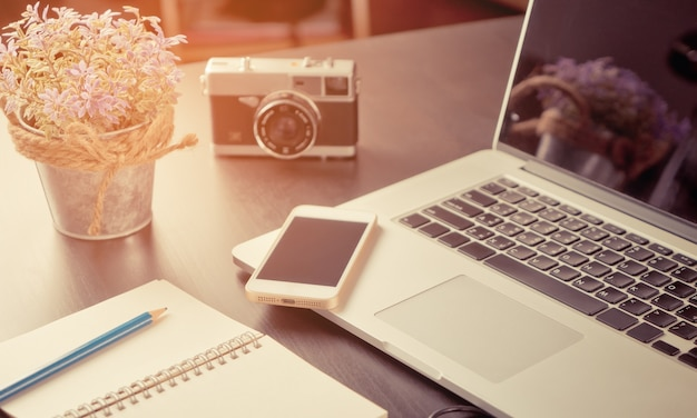 Oficina creativa blogger con equipos en tono vintage