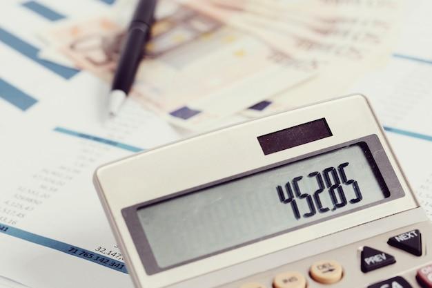 Oficina con documentos y cuentas de dinero.