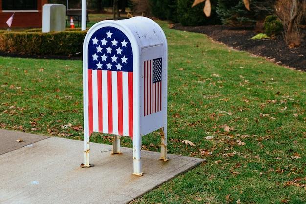 Oficina en el hogar bandera estadounidense buzón de metal en el jardín