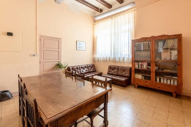 Oficina luminosa con muebles clásicos.