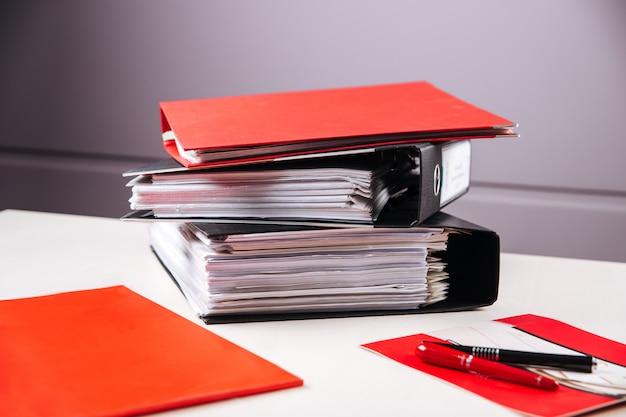 Oficina mesa carpetas papeles informes bolígrafos trabajando