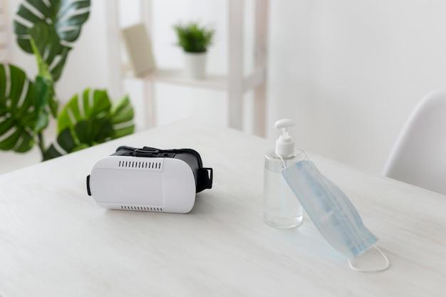 Oficina minimalista con casco de realidad virtual