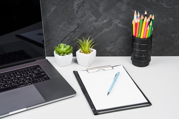 Oficina moderna simplista de alta vista