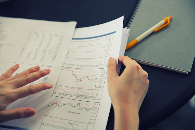 Oficina mujer mano trabajando en los documentos de negocios y tableta