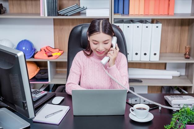 Oficina de trabajo de mujer joven.