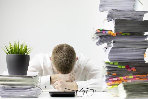 El oficinista estaba muy cansado y se quedó dormido en el lugar de trabajo.