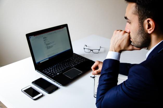 Oficinista hermoso el blanco delante de la computadora. concepto de negocio.