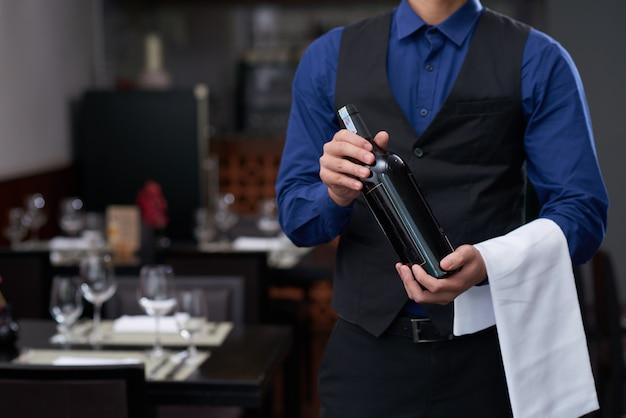 Ofreciendo buen vino