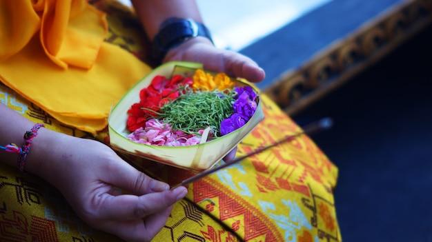 Ofrenda de flores balinesas con incienso