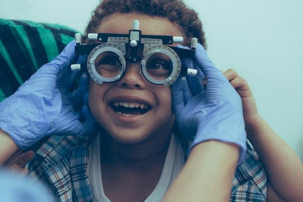 Oftalmólogo examina los ojos de un paciente varón
