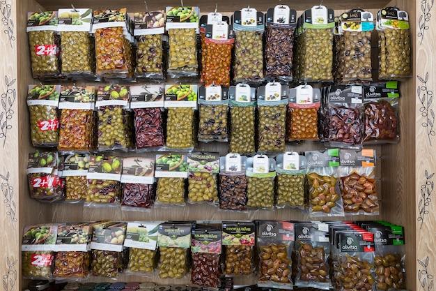 Oia, santorini, grecia - 29 de mayo de 2016: productos tradicionales griegos en una pequeña tienda en la carretera en la isla de santorini, grecia.