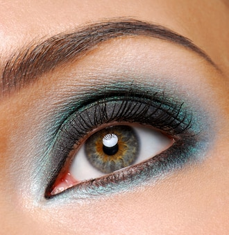 Ojo femenino hermoso con maquillaje ceremonial de moda