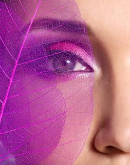 Ojo femenino con hermoso maquillaje rosa brillante de moda