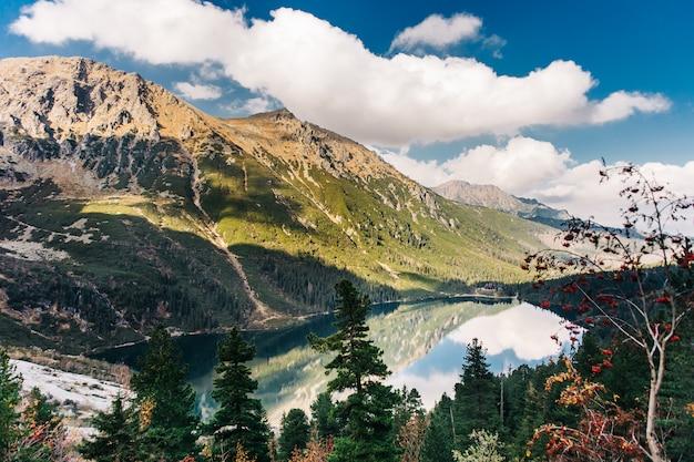 Ojo del lago del mar en las montañas tatra