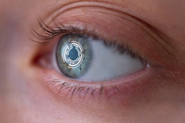 Ojo de mujer con lentes de contacto inteligentes con implantes digitales y biométricos para escanear la retina ocular de cerca