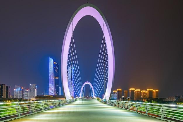 Ojo del puente peatonal de nanjing y el horizonte urbano en el distrito de jianye, nanjing, china
