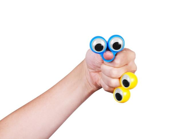 Ojos en los dedos de la mano, sobre un fondo blanco.