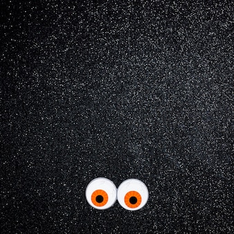 Ojos de miedo con espacio de copia para texto