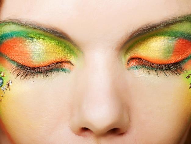 Los ojos sensuales, maquillaje hermoso y color brillante.