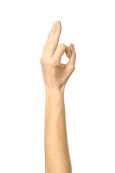 Ok signo. mano de mujer con manicura francesa gesticulando aislado sobre fondo blanco. parte de la serie
