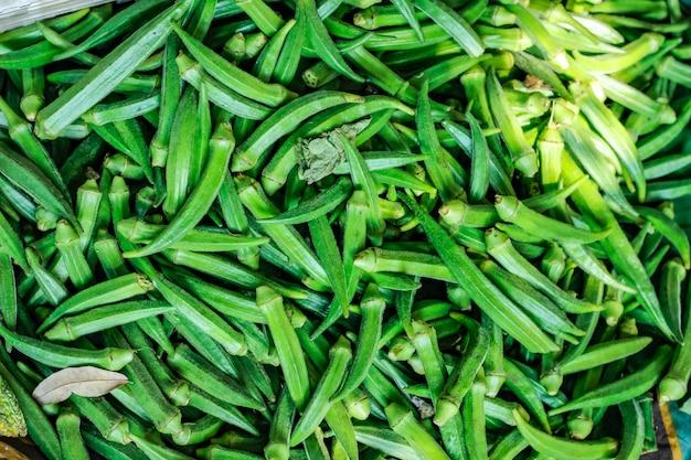 Okra verde fresca en el mercado de verduras
