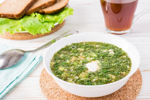 Okroshka es un plato tradicional ruso. sopa fría con verduras y hierbas aderezadas con pan kvas
