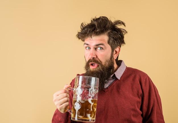 Oktoberfest festival degustación de cerveza recién elaborada cervecera sostiene un vaso con concepto de cervecería de cerveza artesanal