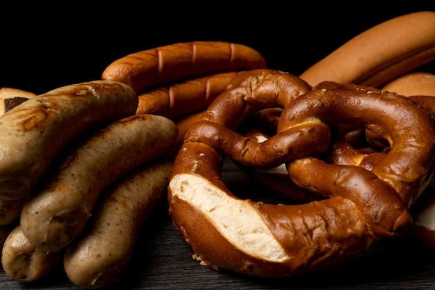 Oktoberfest mesa con textura con fondo de salchichas y pretzels Foto Premium