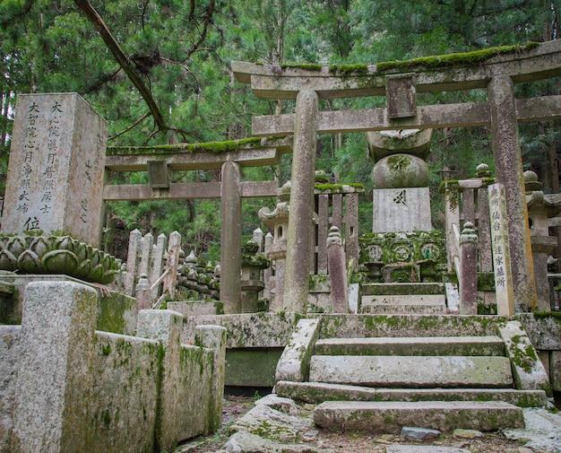 Okunoin temple wirh área del cementerio en koyasan montaña koya en wakayama japón