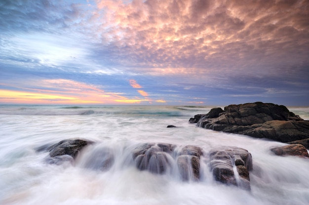 Ola de mar en la playa al atardecer