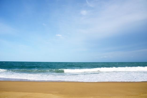 Ola del mar blanco y océano azul con playa de arena fondo en vacaciones de verano tiempo de happi