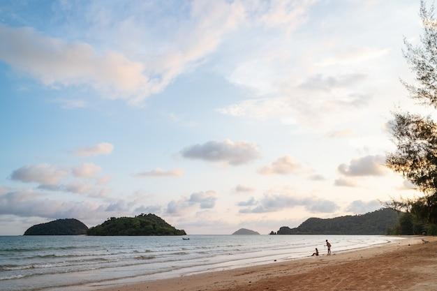Ola del mar moviéndose a la playa con islas verdes y azules.