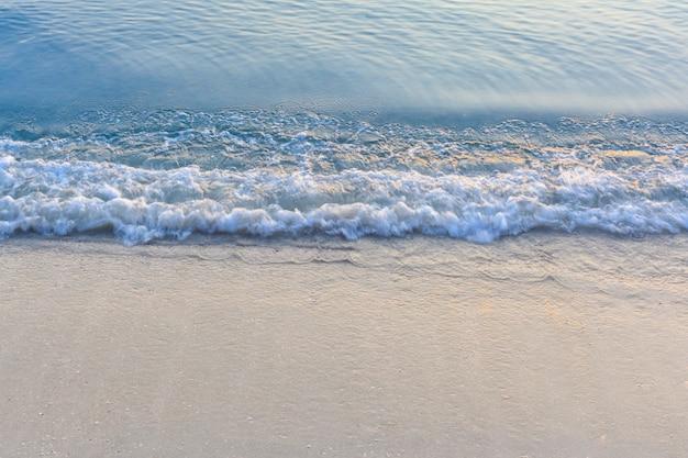 Ola del mar en la playa de arena