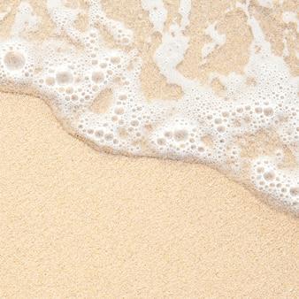 Ola del mar sobre la arena