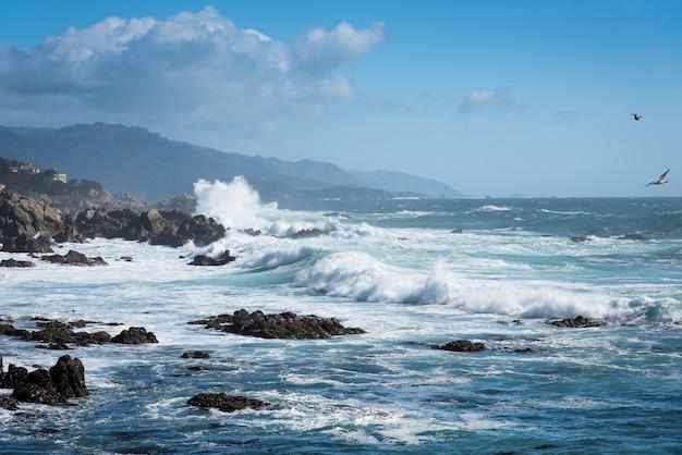 Ola oceánica por la costa en big sur highway