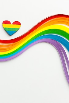 Olas de colores del arco iris y un corazón colorido