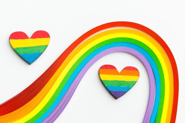 Olas de colores del arcoiris y corazones