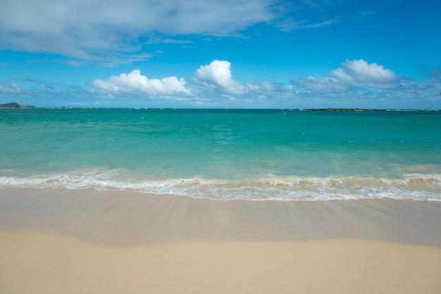 Olas en la playa, kailua beach, kailua, oahu, hawaii, estados unidos